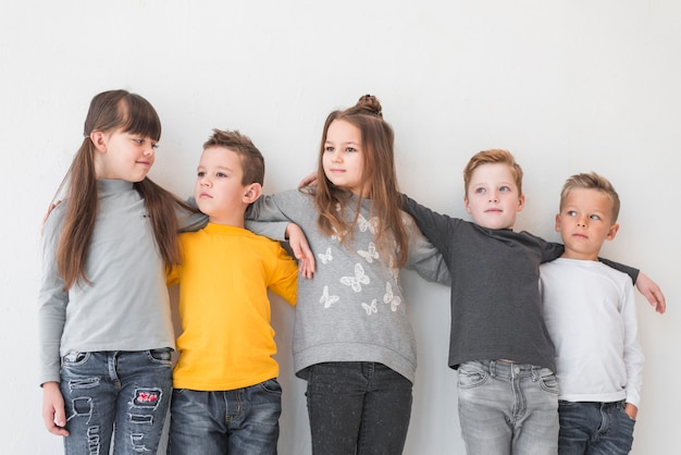 Grupo de crianças posando juntos