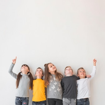 Grupo de crianças posando juntos Foto Premium