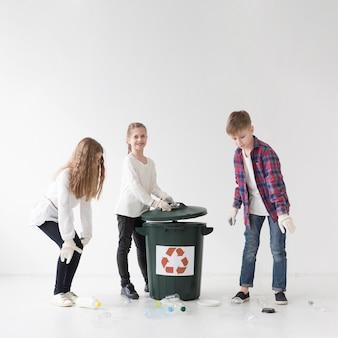 Grupo de crianças reciclando juntos