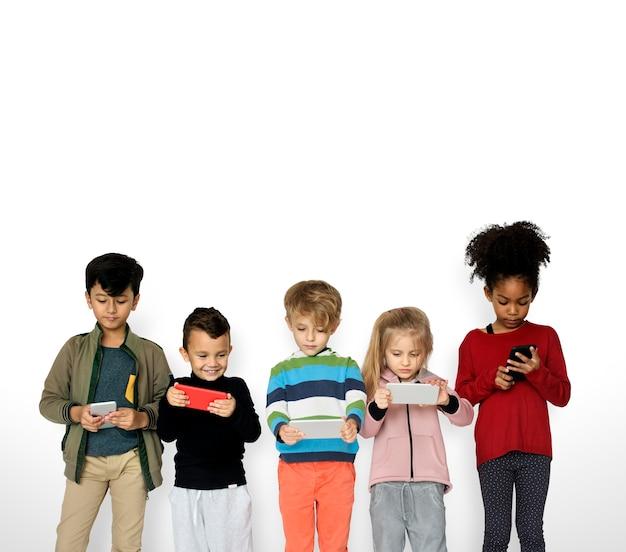 Grupo de crianças usando telefone celular digital