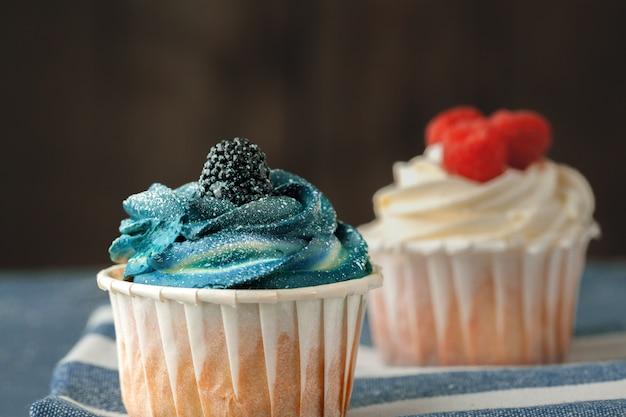 Grupo de cupcakes em foco seletivo de fundo escuro