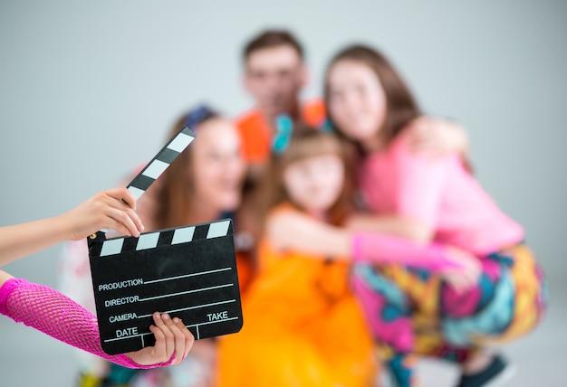 Grupo de dançarina de homem, mulher e adolescentes com claquete