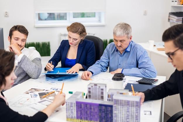 Grupo de designers criativos trabalhando com amostras de cores para seleção