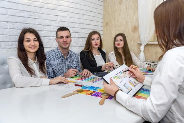 Grupo de designers criativos trabalhando no escritório com paletas de cores