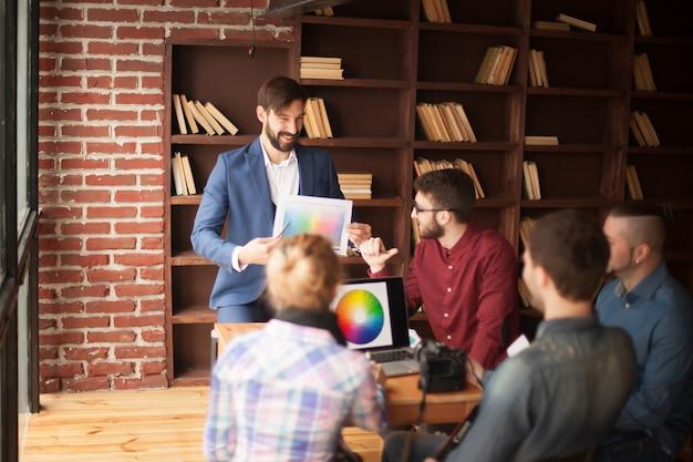 Grupo de designers desenvolve uma nova paleta de cores no local de trabalho