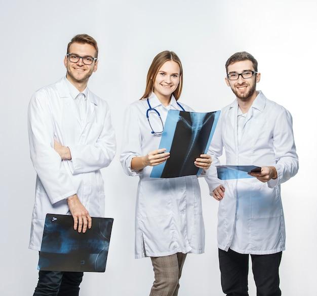Grupo de diagnosticadores com raios-x
