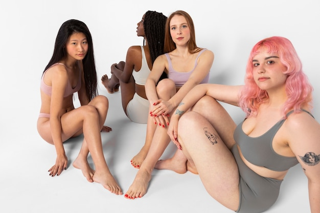 Grupo de diferentes mulheres bonitas mostrando diferentes tipos de beleza