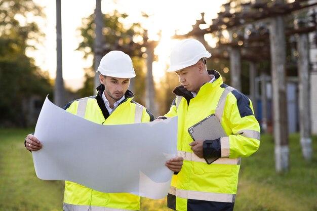 Grupo de discussão de engenheiros da indústria com projetos de verificação de informações e sistema de segurança