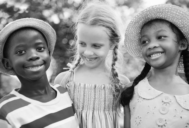 Grupo de diversas crianças brincando no parque