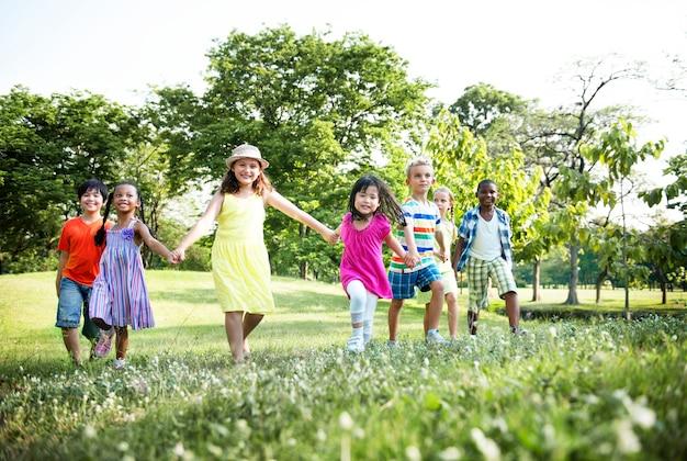Grupo de diversas crianças se divertindo juntos no parque