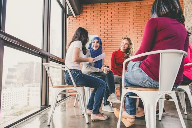 Grupo de diversas mulheres conversando na reunião