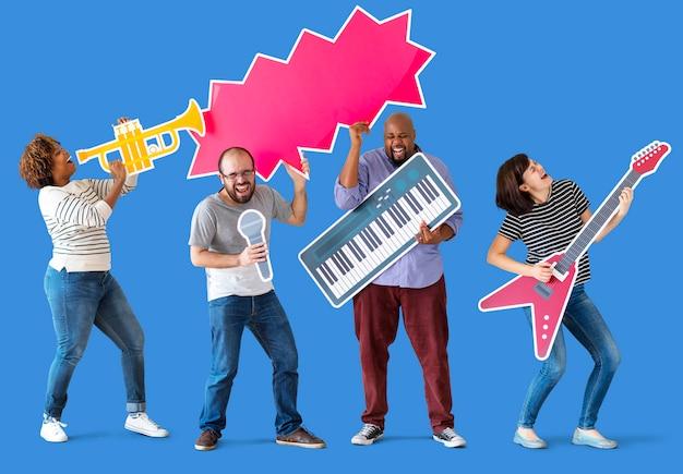 Grupo de diversas pessoas apreciando instrumentos musicais