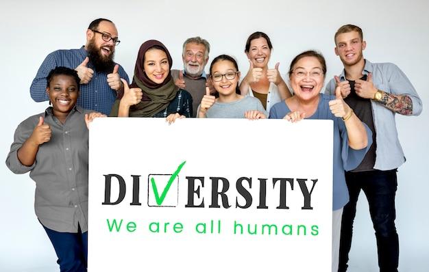 Grupo de diversas pessoas com cartaz de diversidade