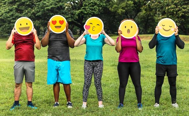 Grupo de diversas pessoas com emoticon