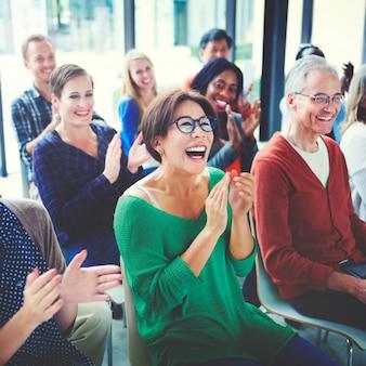 Grupo de diversas pessoas em um seminário