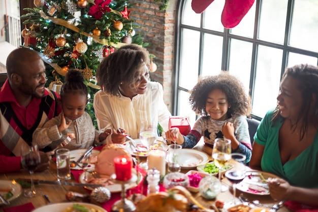 Grupo de diversas pessoas estão se reunindo para o feriado de natal