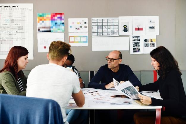 Grupo de diversas pessoas participando do curso de negócios de inicialização