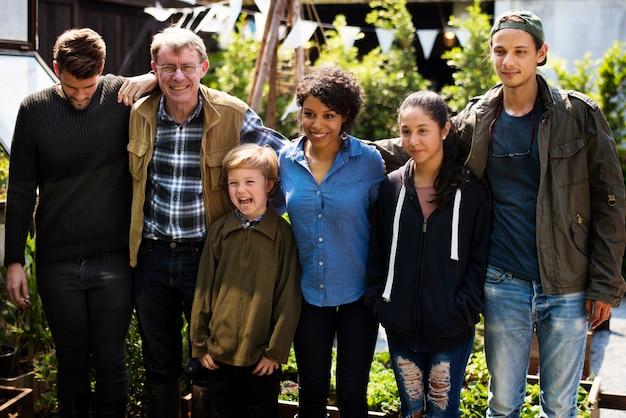 Grupo de diversas pessoas plantando orgânicos vegetais juntos