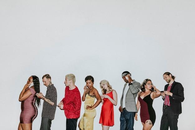 Grupo de diversas pessoas usando smartphones juntos