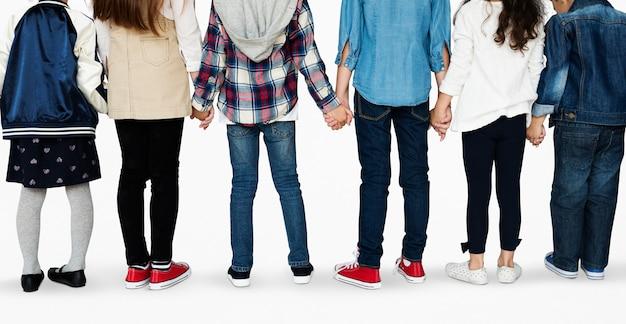 Grupo, de, diverso, crianças, estudantes, ficar, em, um, linha, holdings, mãos