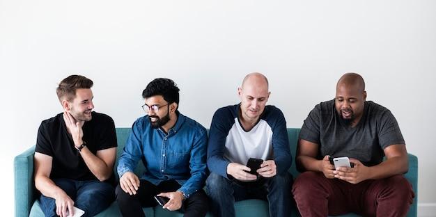 Grupo, de, diverso, homens, usando, telefone móvel
