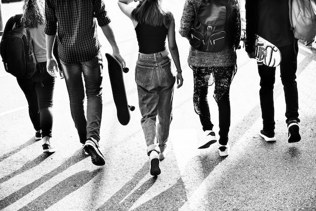 Grupo de diversos adolescentes saindo juntos