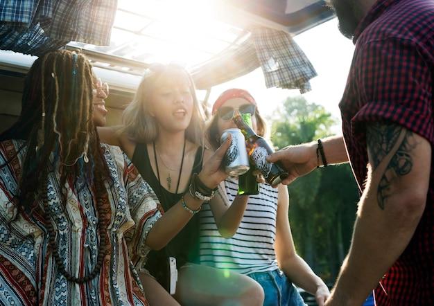 Grupo de diversos amigos bebendo cerveja álcool juntos em viagem