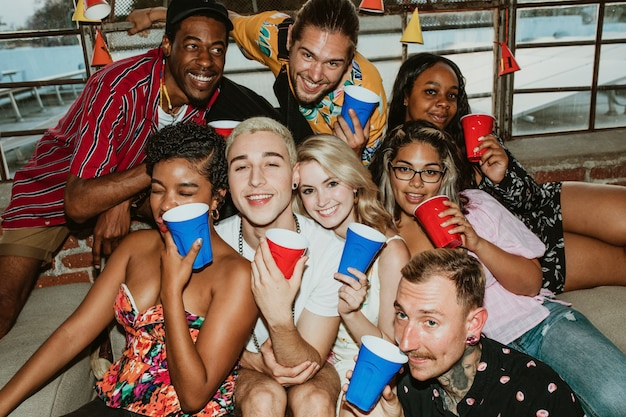 Grupo de diversos amigos brindando em uma festa