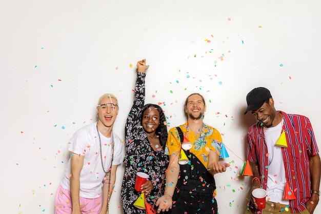 Grupo de diversos amigos comemorando em uma festa