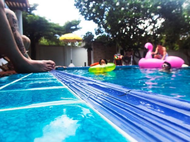 Grupo de diversos amigos curtindo a piscina