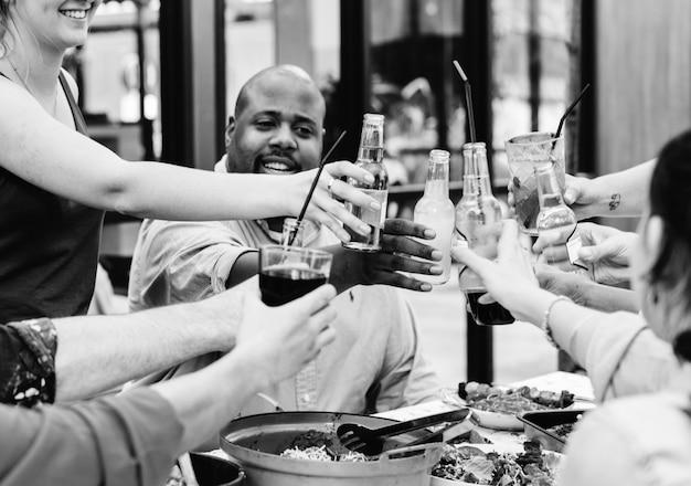 Grupo de diversos amigos curtindo festa de verão juntos