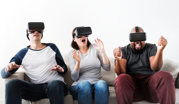 Grupo de diversos amigos, desfrutando de experiência de realidade virtual