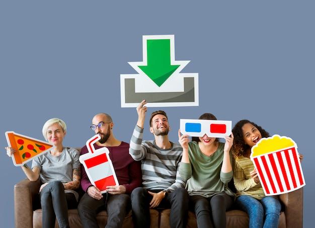 Grupo de diversos amigos e conceito de download de filme