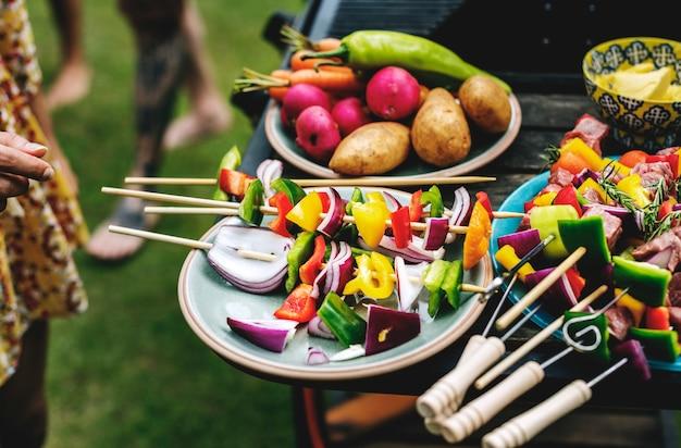 Grupo de diversos amigos grelhar churrasco ao ar livre