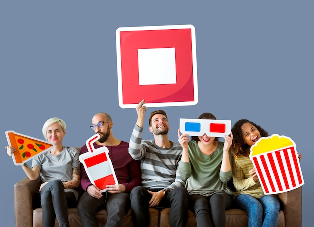 Grupo de diversos amigos segurando emoticons de filme