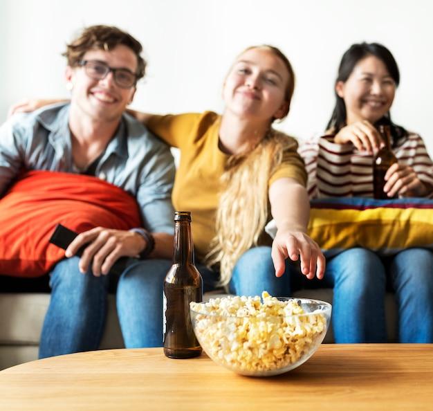 Grupo de diversos amigos, tendo uma noite de cinema