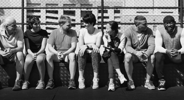 Grupo de diversos atletas sentados juntos