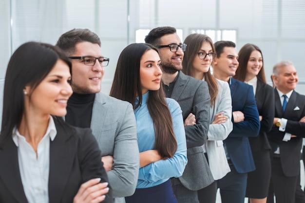 Grupo de diversos empresários juntos. o conceito de trabalho em equipe