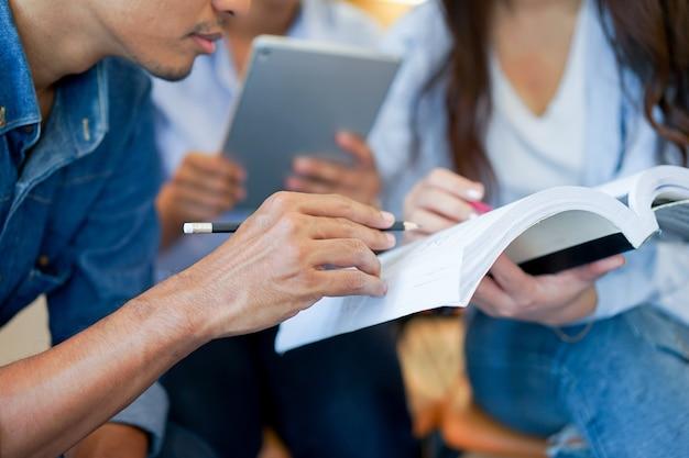 Grupo de diversos estudantes étnicos estudando juntos