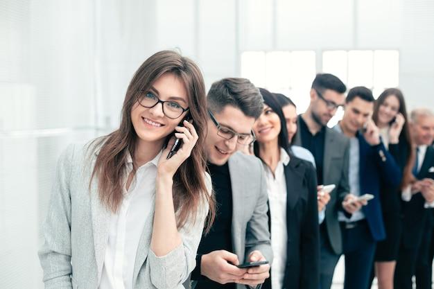 Grupo de diversos jovens usa seus smartphones