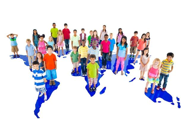Grupo de diversos retrato de estúdio de crianças