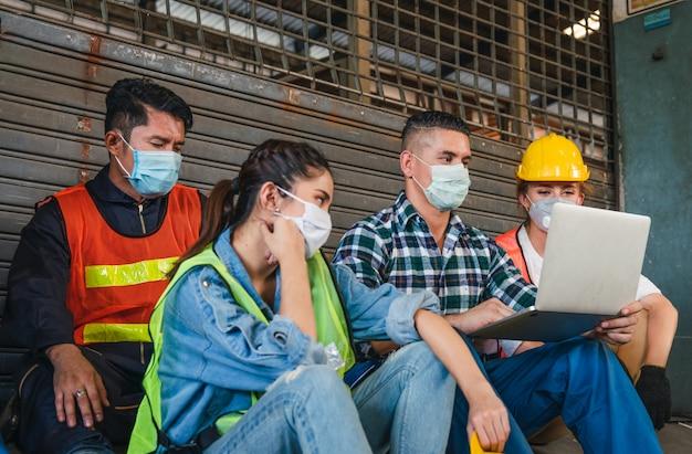 Grupo de diversos trabalhadores usando máscara facial