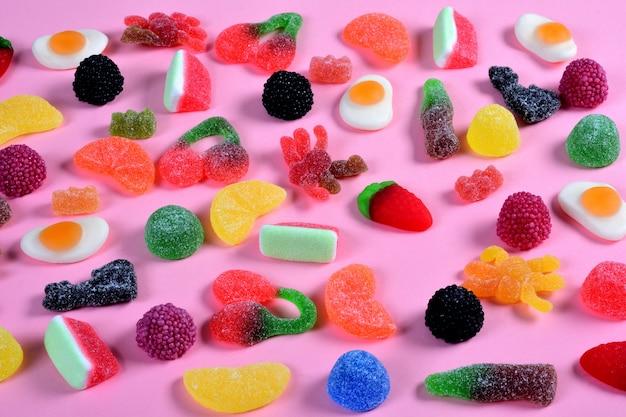Grupo de doces gomosos em rosa