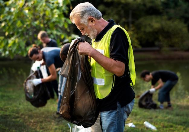 Grupo de ecologia de pessoas limpando o parque