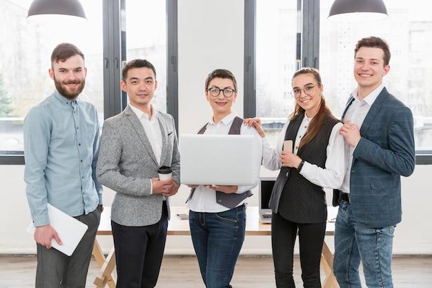 Grupo de empreendedores felizes em trabalhar juntos
