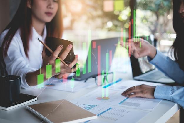 Grupo de empresária e contador, verificando documento de dados na papelada para investigação de conta de corrupção. conceito anti-suborno.