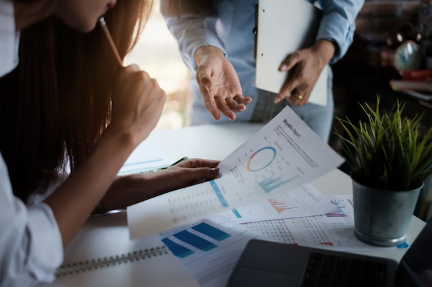 Grupo de empresária e contador verificando documento de dados no tablet digital para investigação de conta de corrupção. conceito anti-suborno.
