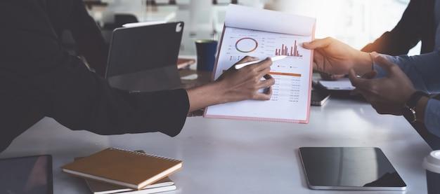 Grupo de empresária e contador verificando documento de dados no tablet digital para investigação de conta de corrupção.