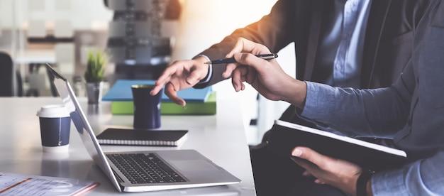 Grupo de empresário e contador, verificando documento de dados no tablet digital para investigação de conta de corrupção.