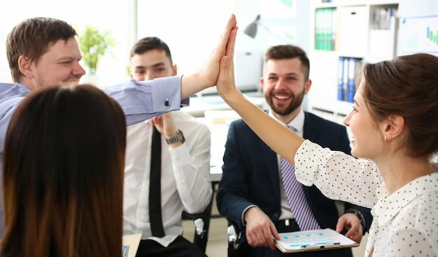 Grupo de empresário e empresária comemorando a vitória